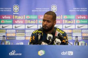 Abel Braga expõe desejo, e Flamengo insiste na contratação do zagueiro Dedé para 2019