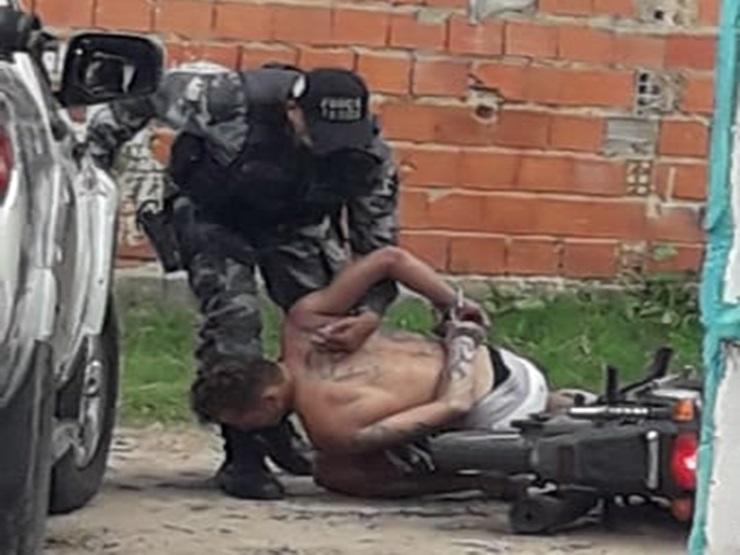 Durante fuga, jovens armados caem da moto e são presos