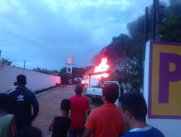 Incêndio em estacionamento deixa van e micro-ônibus destruídos em Parnaíba