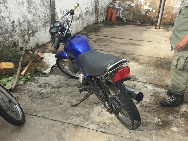 Homem foge da Polícia Militar e encurralado abandona a moto