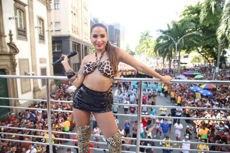 Anitta esclarece polêmica após apontar inocente como ladrão
