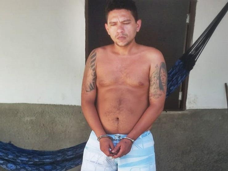 Homem deitado na rede com drogas à venda na varanda é preso