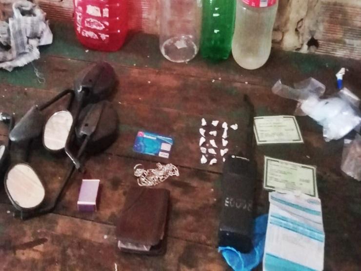 Adolescentes são flagrados com drogas debaixo do sofá