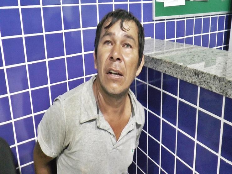 Homem é preso por agredir a companheira e o sogro dentro de casa