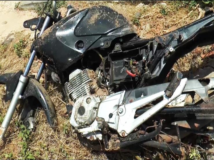 Moto é desenterrada e homem abandona maconha na presença da polícia