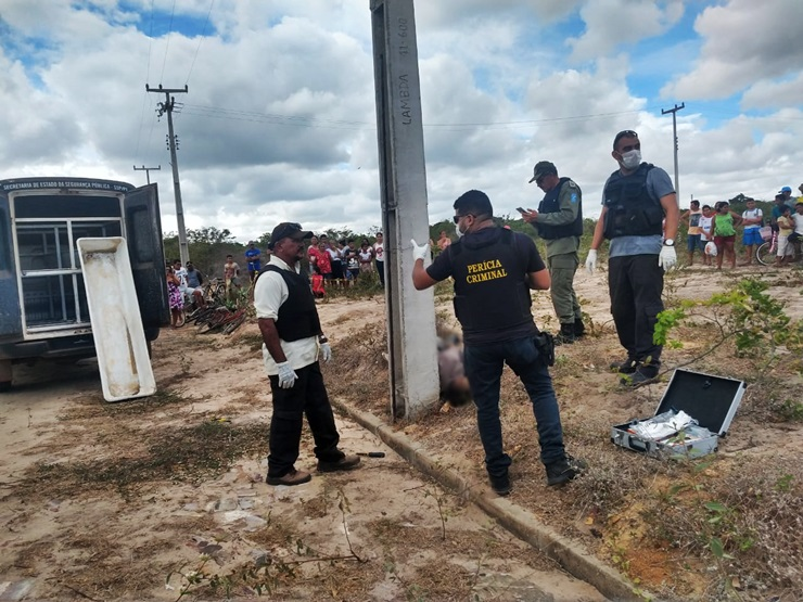 Jovem cai morto de poste ao sofrer descarga elétrica