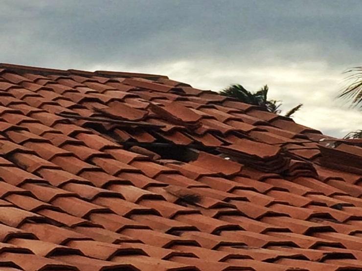 Homem é preso após danificar telhado de casa e furtar
