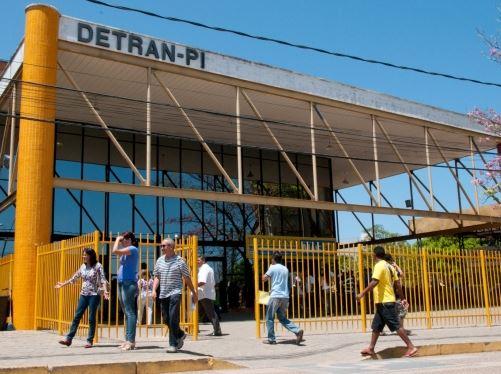 Detran-PI suspende envio do CRLV via Correios após lançamento de app