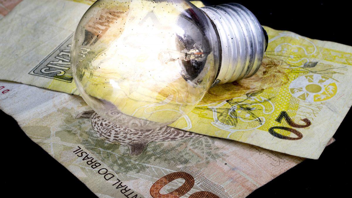 Governo pagará conta de luz a consumidores de baixa renda por três meses