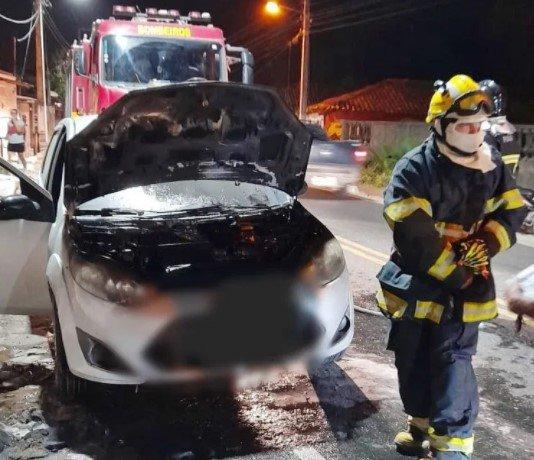 Carro fica parcialmente destruído após princípio de incêndio na PI-116