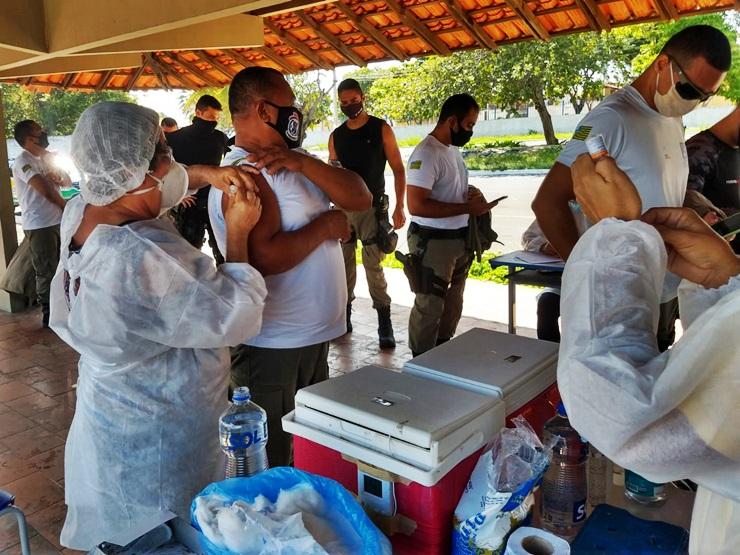 Policiais militares em Parnaíba começam a ser imunizados contra a Covid-19